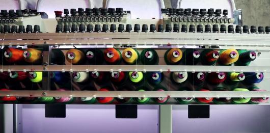 Вы все еще вышиваете на бытовой одноигольной машине? Время двигаться вперед. Разница между бытовой и промышленной вышивальными машинами.